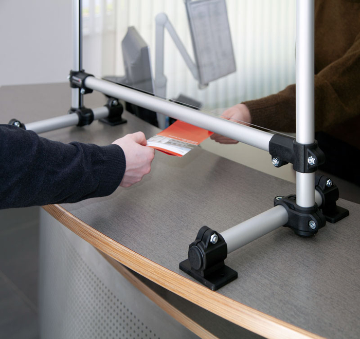 In the lower section of the sneeze guard there is a hatch for handing over change, products or receipts