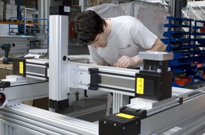 Sammen med vores kunder udvikler vi mekaniske komponenter af profiler og/eller lineære enheder, der opfylder kundernes krav til perfektion.